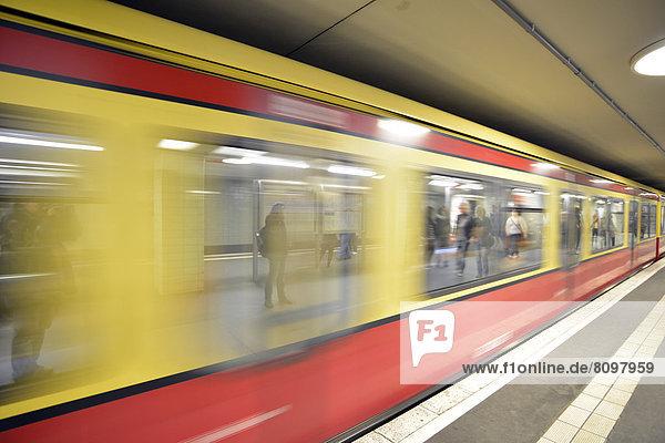Einfahrender Zug  Bewegungseffekt  neue Haltestelle Brandenburger Tor der U-Bahnlinie 55  BVG  Berliner Verkehrsbetriebe