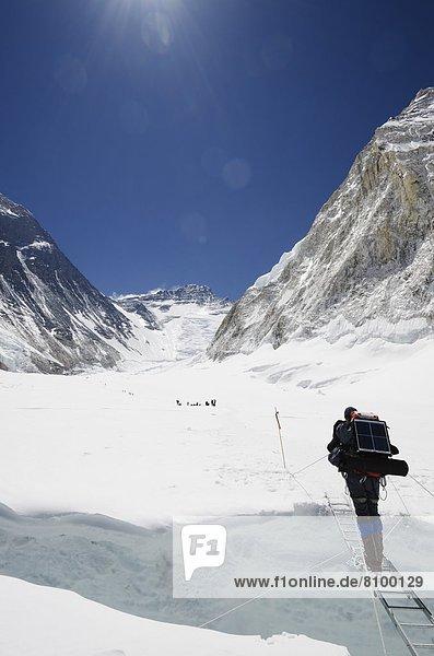 Bergsteiger  überqueren  Leiter  Leitern  Berg  Himalaya  Mount Everest  Sagarmatha  UNESCO-Welterbe  Asien  Gletscherspalte  Nepal