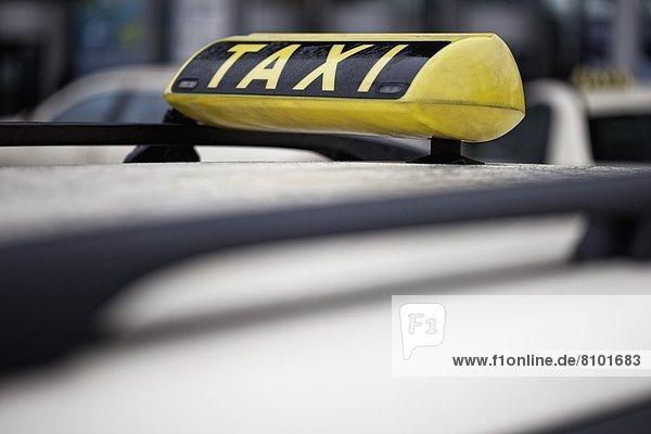 Taxischild auf Autodach