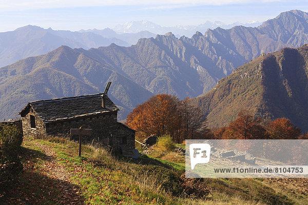 Berghütte Bivacco Alpe Curgei im Herbst Berghütte Bivacco Alpe Curgei im Herbst