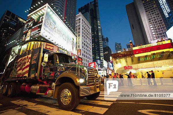 Vereinigte Staaten von Amerika  USA  Quadrat  Quadrate  quadratisch  quadratisches  quadratischer  Beleuchtung  Licht  Zeit  Lastkraftwagen  New York City  Manhattan