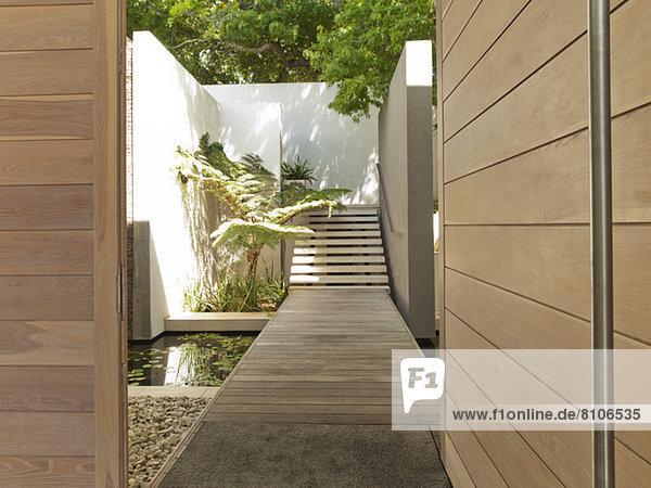 Fußgängerbrücke und Treppe moderner Innenhof