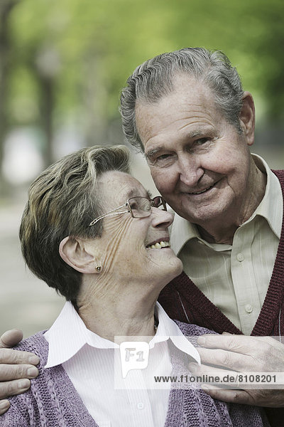 Deutschland  Köln  Seniorenpaar im Park  lächelnd