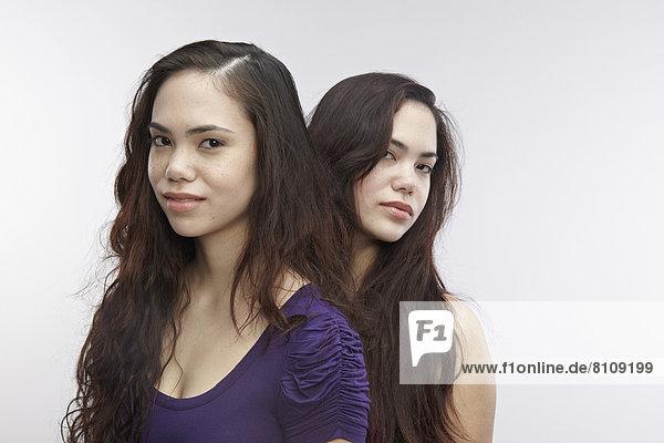 Porträt junger Zwillingsschwestern