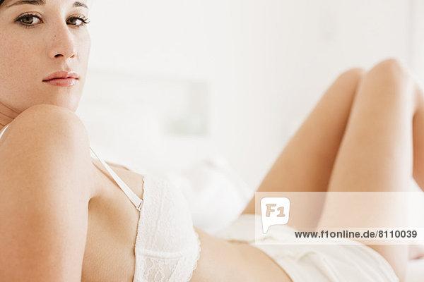 Nahaufnahme Porträt einer ernsthaften Frau in BH und Unterwäsche Nahaufnahme Porträt einer ernsthaften Frau in BH und Unterwäsche