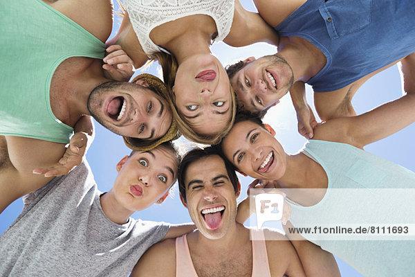 Flachwinkel-Porträt von Freunden  die dumme Gesichter machen