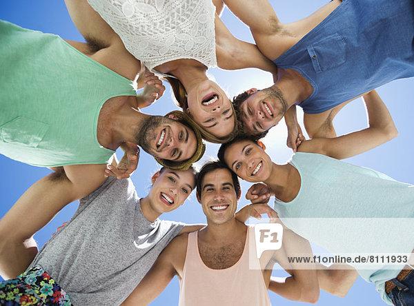 Flachwinkel-Porträt von glücklichen Freunden im Haufen