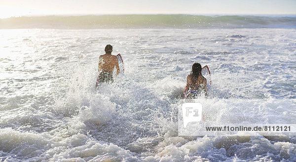 Paar Surfen im Meer
