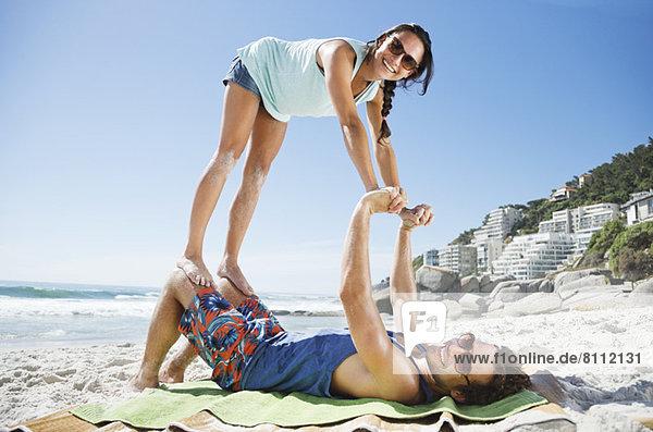 Porträt eines verspielten Paares am Strand