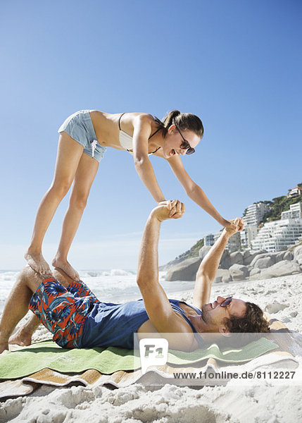 Verspieltes Paar am Strand