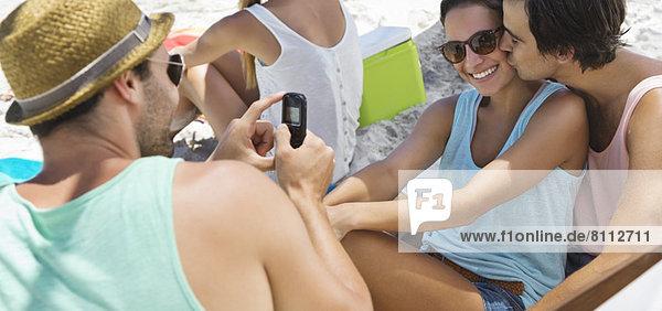 Freunde  die am Strand rumhängen.