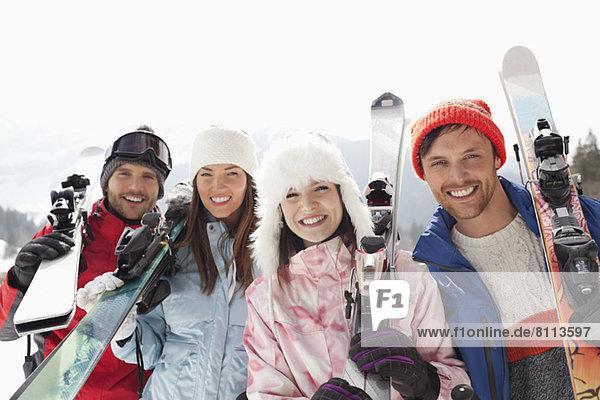 Portrait von glücklichen Freunden mit Skiern