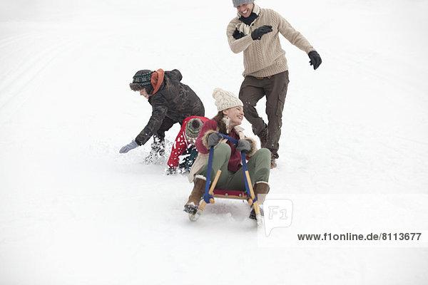 Familienrodeln im Schneefeld