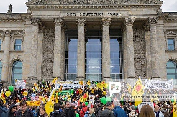 spannen Berlin Hauptstadt Lifestyle Gebäude Regierung frontal Parlamentsgebäude Reichstag Vergrößerung Demonstration Ortsteil deutsch Deutschland
