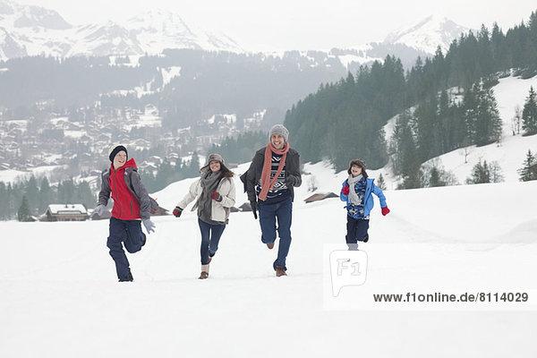 Familienlauf im Schneefeld