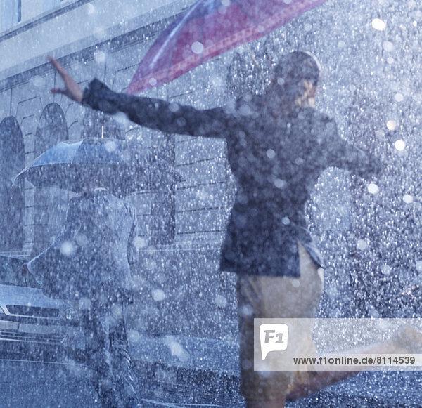 Geschäftsfrau beim Tanzen im Regen