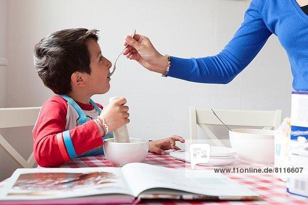 Junge - Person  Hilfe  Küche  Mutter - Mensch