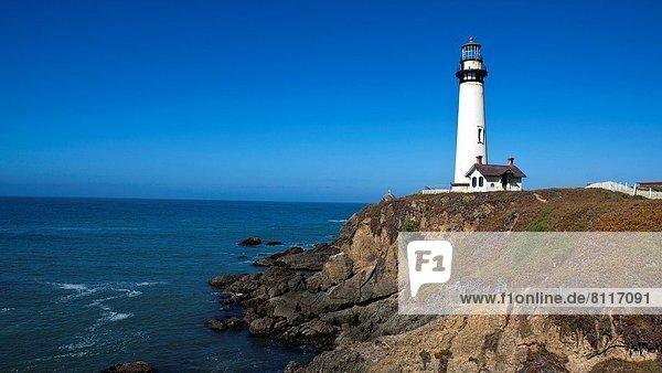 Vereinigte Staaten von Amerika  USA  über  Ozean  Steilküste  hoch  oben  Leuchtturm  Pazifischer Ozean  Pazifik  Stiller Ozean  Großer Ozean  zeigen  Wildtaube  Kalifornien  Pescadero