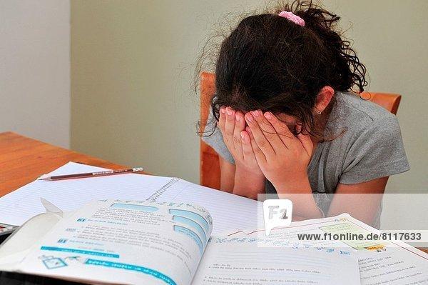 sitzend  weinen  am Tisch essen  Zimmer  1  jung  Mädchen  Tisch  Hausaufgabe