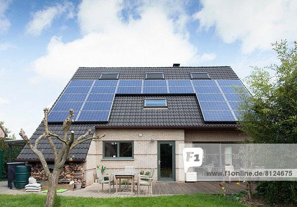 Freistehender Bungalow mit Sonnenkollektoren auf dem Dach