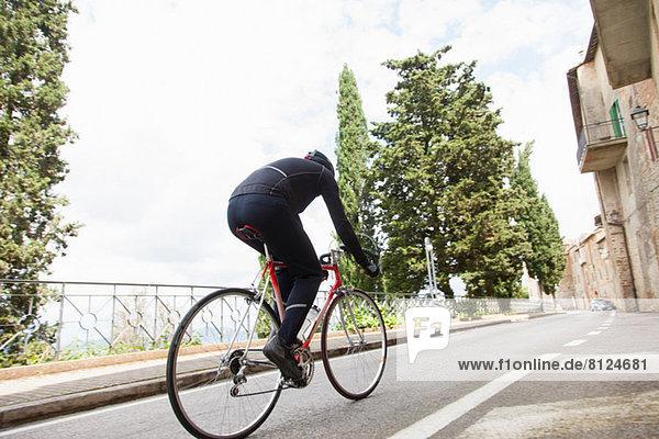 Radfahrer auf der Straße in Umbrien  Italien