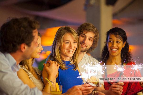 Gruppe von Freunden genießt Cocktails in der Bar