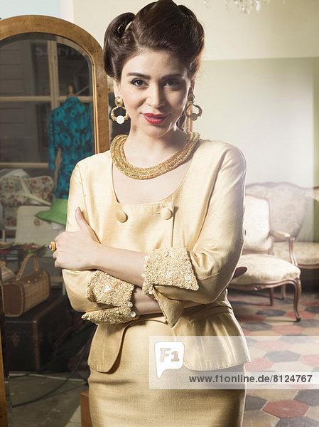 Porträt einer Frau in Vintage-Kleidung