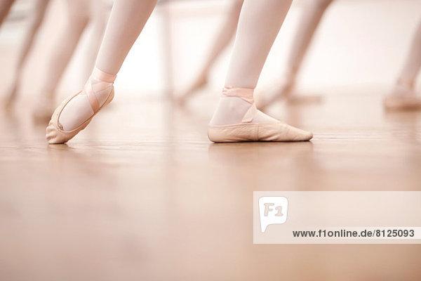 Detail der Ballerinas Beine in der Tanzklasse