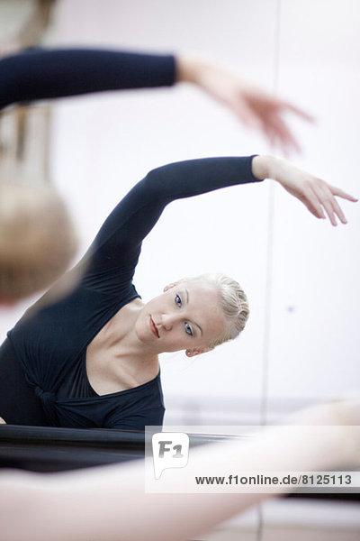 Weibliche Ballerina beim Üben an der Stange