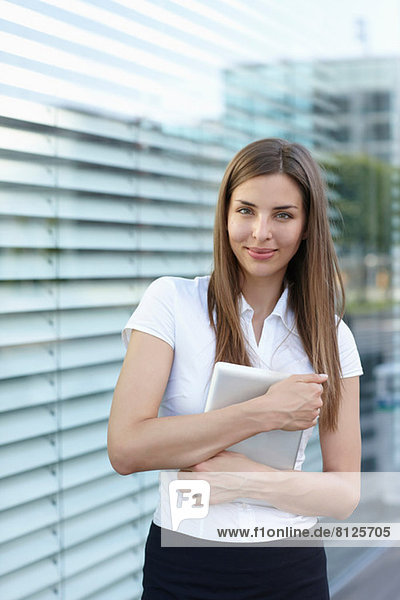 Junge Geschäftsfrau mit digitalem Tablett  Portrait