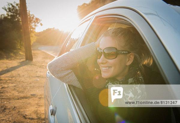 Frau schaut aus dem Autofenster