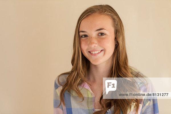 Porträt eines Teenagermädchens mit langen braunen Haaren  lächelnd
