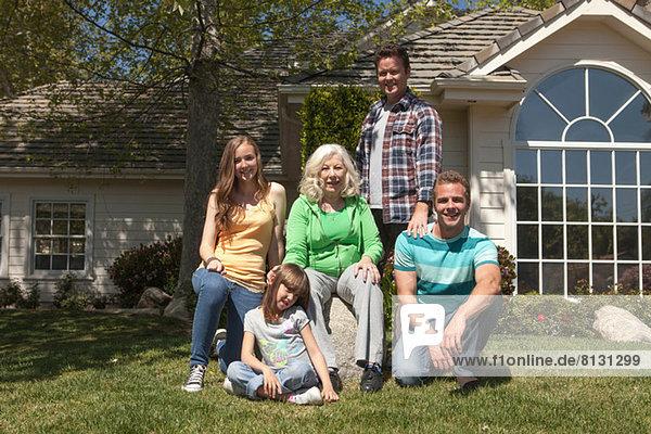 Porträt einer Drei-Generationen-Familie im Garten