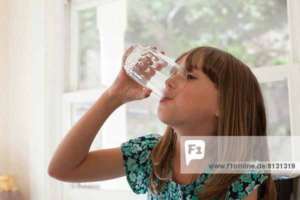 Junges Mädchen trinkt aus Glas