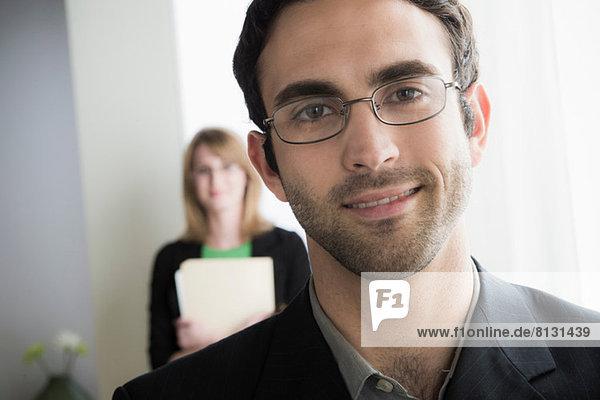 Porträt eines Brillenträgers im Büro