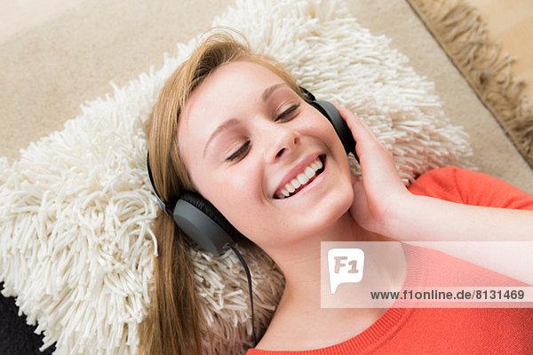 Teenagermädchen mit Kopfhörer und geschlossenen Augen