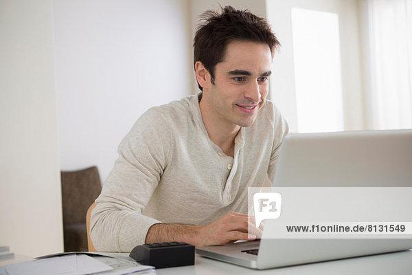 Mid Erwachsene Mann mit Laptop  lächelnd