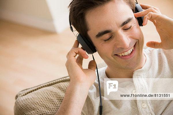 Mittlerer Erwachsener Mann mit Kopfhörer