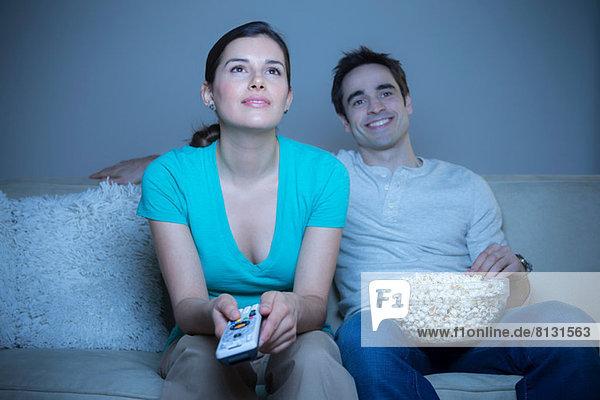 Paar beim Fernsehen mit Popcorn