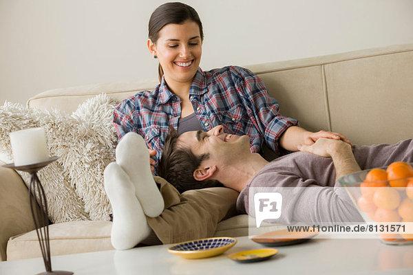 Paar auf Sofa  Mann mit Kopf auf Frauenschoß