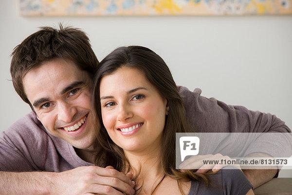 Porträt eines Paares  Mann mit Hand auf der Schulter der Frau