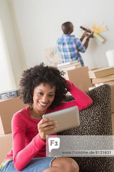 Mittlere erwachsene Frau mit elektronischem Lesegerät