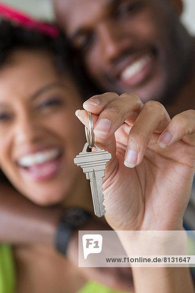 Mittleres erwachsenes Paar mit Hausschlüssel