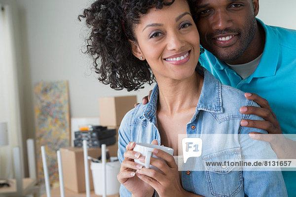 Porträt eines Paares mittlerer Erwachsener  Frau mit Kaffeetasse