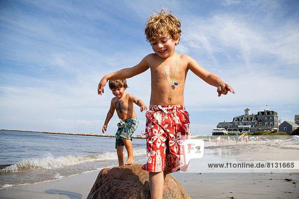 Zwei Jungen spielen am Strand