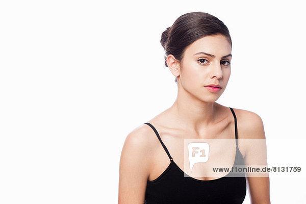 Studio-Porträt einer jungen Frau mit schwarzer Weste