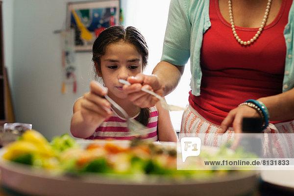 Mutter serviert Essen an Tochter