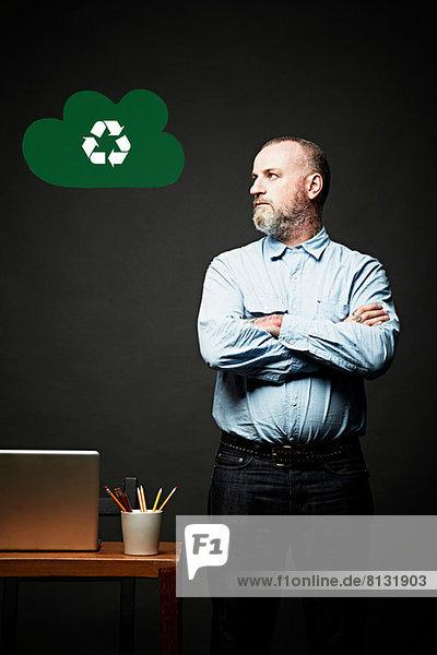Mann betrachtet Umweltthema