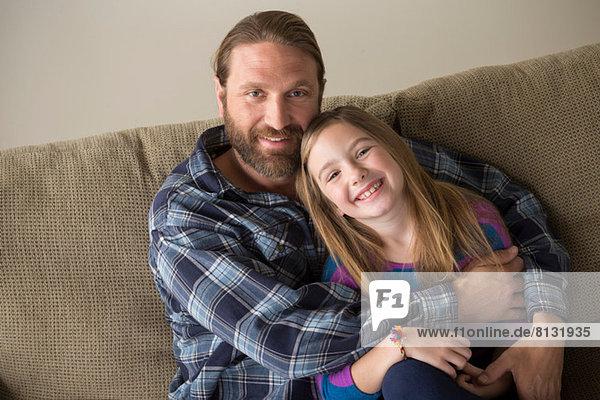 Vater und Tochter schauen in die Kamera