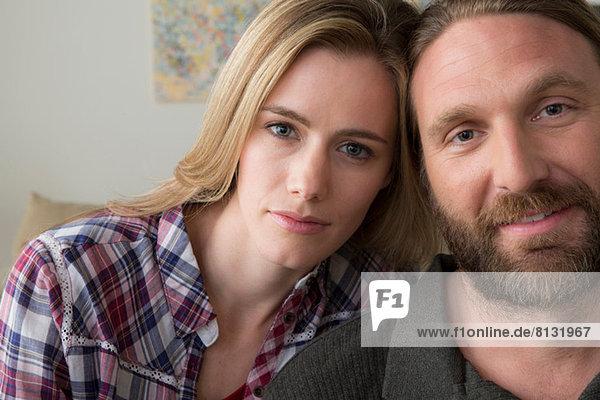 Paar schaut in die Kamera